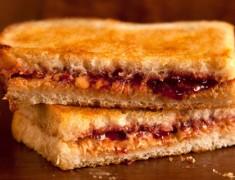 สูตรอาหารว่าง_ขนมปังปิ้งเนยถั่วกับแยมสตรอเบอร์รี่_อร่อยเหาะ